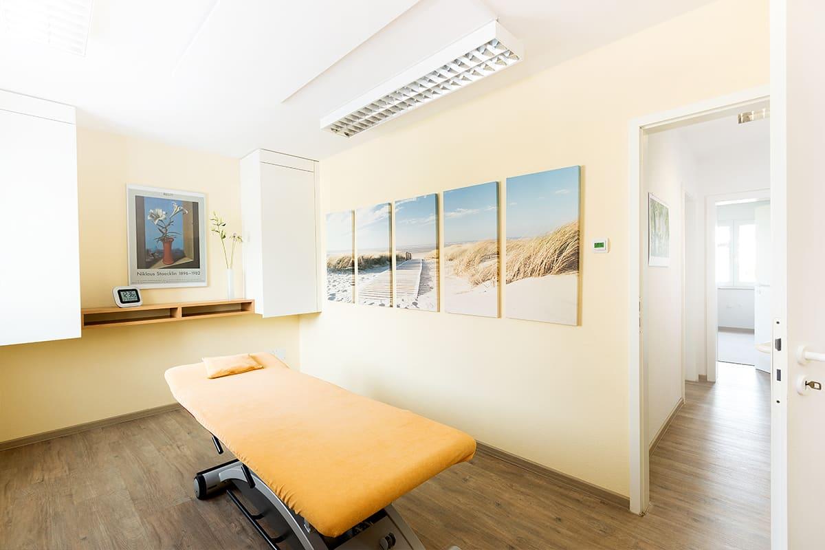 Heller Behandlungsraum mit Behandlungsliege in Physiotherapie Praxis Schultheiß