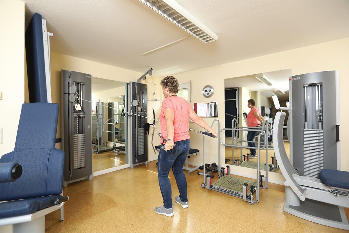 Frau trainiert in Trainingsraum der Physiotherapie Praxis Schultheiß in Denzlingen