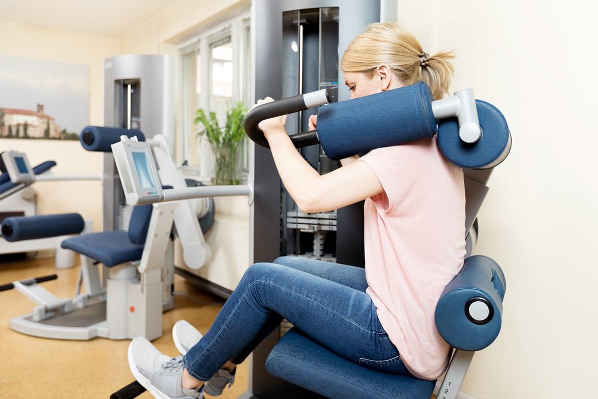 Trainingsraum Physiotherapie Praxis Schultheiß Denzlingen - Frau trainiert